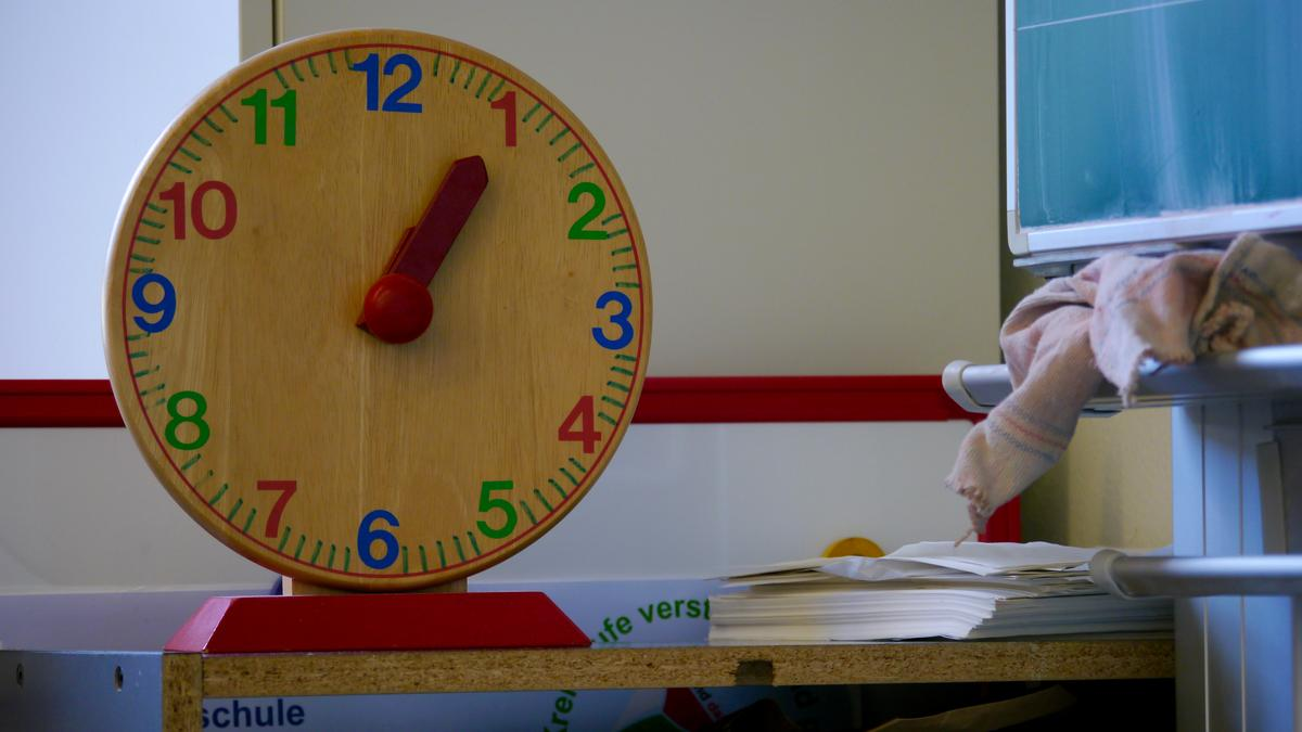 Uhr in Schule vor Tafel