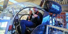 Betriebsräte in einem Hubschrauber der dasa in Dortmund