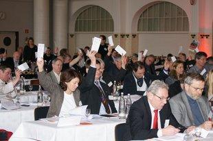 Die Delegierten stimmen über Anträge ab