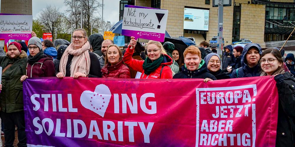 Anja Weber (Vorsitzende DGB NRW) schließt sich der Kundgebung gegen die Novellierung des Hochschulgesetzes  vor dem Düsseldorfer Landtag am 3. April an