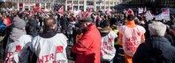 Teilnehmer Demo für bessere Arbeitsbedingungen im öffentlichen Dienst