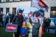 """Während Frauke Petry und Marcus Pretzell von der AfD in der """"Ravensberger Spinnerei"""" am 25. März 2017 vor Anhängern auftraten, gab es mehrere Protestaktionen gegen die Versammlung. Im Rochdale-Park folgten mehr als 1.700 Bürgerinnen und Bürger dem Aufruf des Bielefelder """"Bündnis gegen Rechts"""", dem auch der DGB Ostwestfalen-Lippe angehört."""