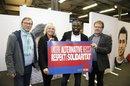 Gerald Asamoah setzt ein Zeichen für Respekt und Solidarität, gemeinsam mit Dieter Schormann (NGG Gewerkschaft Nahrung-Genuss-Gaststätten, l.), Sigrid Wolf (Geschäftsführerin DGB-Region Düsseldorf - Bergisch Land) und Dieter Hillebrand (Geschäftsführer Region Mülheim-Essen-Oberhausen, r.).