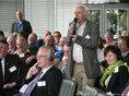 Gesamtmoderator Rob Jaspers steht im Publikum