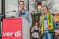 Sören Hamacher und Mona Henkel von der ver.di-Jugend sprechen auf Kundgebung in Köln