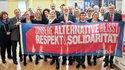 Auf dem Parteitag der SPD im Kreis Heinsberg nutzt der Kreisvorstand gemeinsam mit Gästen die Gelegenheit, sich an der Foto-Kampagne der Gewerkschaften für Respekt und Solidarität zu beteiligen. Natürlich beteiligt sich auch der DGB-Kreisvorsitzende Willi Klaßen (2.v.l.).