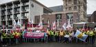 """Zahlreiche Gewerkschafterinnen und Gewerkschafter sammeln sich am 22. April 2017 zum Protest gegen den AfD-Bundesparteitag im Kölner Maritim Hotel. Sie haben sich dem breiten Bündnis """"Köln stellt sich quer"""" angeschlossen."""