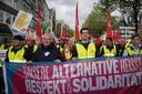 """Andreas Kossiski (2.v.l.), Regionsgeschäftsführer des DGB Köln-Bonn, führt mit Kollegen den Gewerkschaftsblock bei der Demonstration durch die Kölner Innenstadt an. Für Gewerkschaften ist klar: """"Unsere Alternative heißt Respekt und Solidarität""""."""