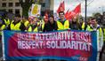 Auch der Jugend-Block trägt das Kampagnen-Motto des DGB: Unsere Alternative heißt Respekt und Solidarität.