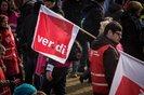 ver.di-Mitglied mit Fahne demonstriert in Düsseldorf für bessere Arbeitsbedingungen im öffentlichen Dienst