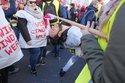 Demonstrant tanzt Limo für bessere Arbeitsbedingungen im öffentlichen Dienst