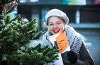 Weihnachtsbaum an Uni Bochum mit Studentin