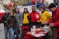 Die IG BCE-Jugend bietet an ihrem Stand in Bochum ein Luftballon-Gewinnspiel.