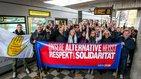 Direkt nach dem Ausstieg positionieren sich die Auszubildenden mit Ministerpräsidentin Hannelore Kraft hinter einem Banner mit dem Logo der DGB-Kampagne: Unsere Alternative heißt Respekt und Solidarität.