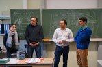 Teamerin Defne und Teamer Daniel besuchen das erste Mal eine Flüchtlingsklasse am Hans-Böckler-Berufskolleg in Münster. Um Sprachbarrieren zu überwinden, übersetzen Ahmed und ein Schüler aus Syrien (v.l.n.r.).
