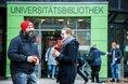Mann und Frau lachen vor Universitätsbibliothek in Duisburg