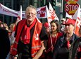 Mitglied der Gewerkschaft Erziehung und Wissenschaft demonstriert für bessere Arbeitsbedingungen von Lehrern