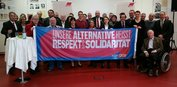 Gäste des DGB-Neujahrsempfangs in Bonn machen ein Foto für Respekt und Solidarität. Mit dabei sind Gewerkschaftsmitglieder, Vertreterinnen und Vertreter aus den Fraktionen, der Vorsitzende des Integrationsrats und die Bonner Bürgermeisterin Gabriele Klingmüller (1. Reihe, 4. v.l.).