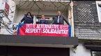 Auf dem Balkon der ver.di Geschäftsstelle setzen einige Beschäftigte ein klares Zeichen für Respekt und Solidarität