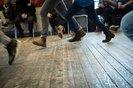 Bei einem Kennenlern-Spiel kommen die Jugendlichen in Bewegung.