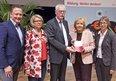 """Mit dem """"Bochumer Memorandum"""" haben die Bildungsgewerkschaft GEW und der DGB NRW vor gut zwölf Jahren eine Debatte über bessere Bildung in NRW angestoßen. Jetzt haben Professor Christian Reintjes (1.v.l.) und Professorin Gabriele Bellenberg (2.v.l.) untersucht, wie sich die Situation in NRW entwickelt hat. Am 3. März 2017 übergaben der Vorsitzende des DGB NRW Andreas Meyer-Lauber (Mitte) und die GEW NRW-Vorsitzende Dorothea Schäfer (1.v.r.) die Ergebnisse an Ministerpräsidentin Hannelore Kraft."""
