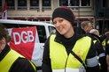 Judith Gövert vor Materialwagen auf Alter Markt Köln