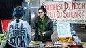 In Bielefeld berät eine junge Gewerkschafterin eine Kommilitonin
