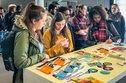 Studentinnen am Infostand der DGB-Jugend an der Hochschule Rhein-Waal in Kleve