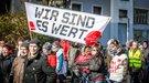 In Bochum tragen Demonstrantinnen und Demonstranten das Motto der Tarif- und Besoldungsrunde voran...
