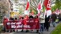 Auch in Bielefeld wird heute das Erste-Mai-Banner stolz voran getragen.