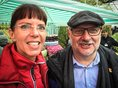 Die DGB-Geschäftsführerin der Region Niederrhein und der EVG-Vorsitzende Alexander Kirchner machen in Duisburg ein Selfie.