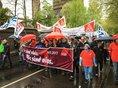 In Duisburg trägt u.a. der EVG-Vorsitzende Alexander Kirchner das Mai-Banner.