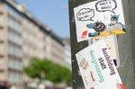 Die Aufkleber der DGB-Jugend in Düssedorf zeigen klar, was sie von rechtem Gedankengut halten.