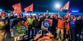 Mitten in der Nacht starten Metaller am 8. Januar 2018 die Warnstreiks bei Kirchhoff in Iserlohn